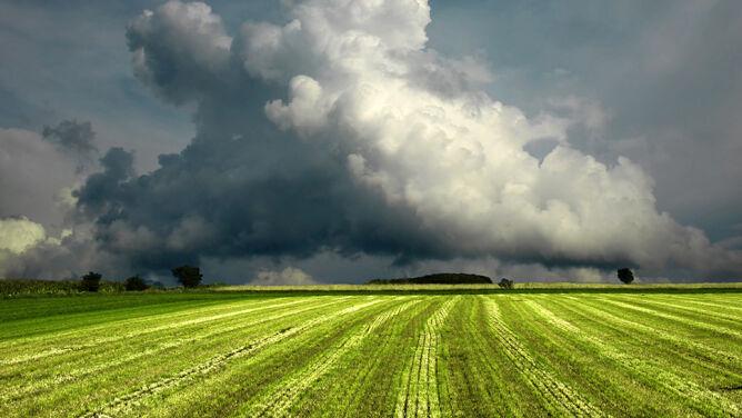 Chmury mogą się wypiętrzyć na ponad <br />10 kilometrów. Zagrożenie dla samolotów