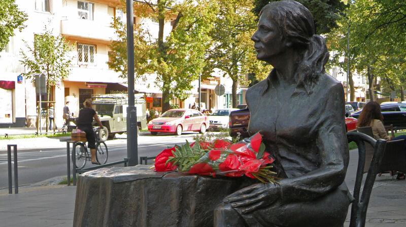 Biegacze minęli pomnik Agnieszki Osieckiej