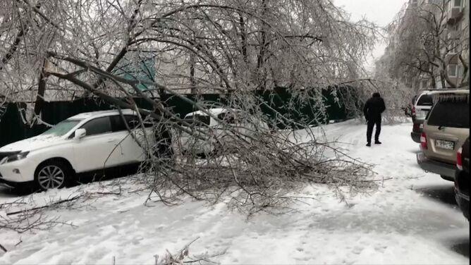 Lodowiska zamiast chodników. Mroźna pogoda szaleje w Rosji